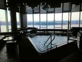 Homobarer i New York - Le Bain pool