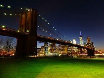 Parker i New York - Brooklyn Bridge om aftenen