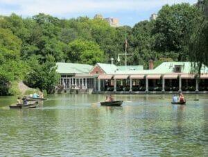 Leje robåd i Central Park - The Loeb Boathouse