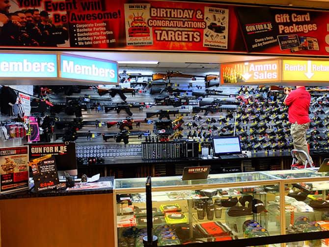 Skydebane i New York - Udlevering af pistoler