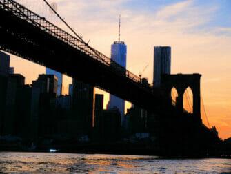 Cruise i skumringen i New York