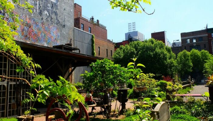 Parker i New York - Elizabeth Street Garden