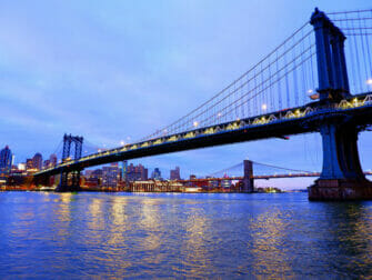 Manhattan Bridge i New York - Udsigt om aftenen